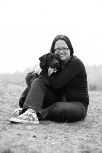 Fotografe Sanne van de Berg, eigenaresse van Pet Portrait Dierenfotografie, samen met één van haar honden
