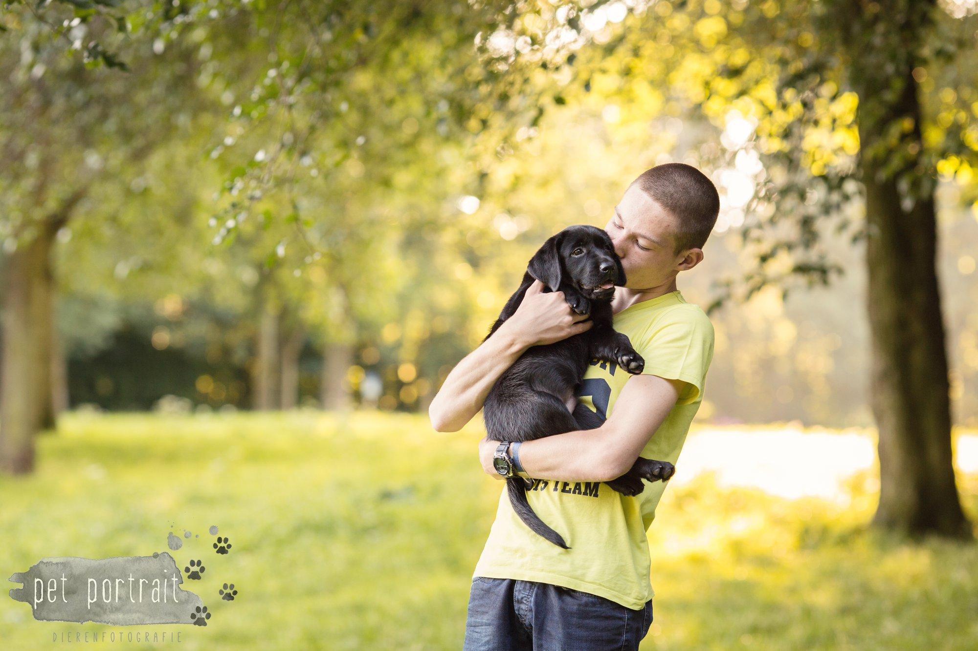 hondenfotograaf-den-haag-labrador-pup-in-het-park-7